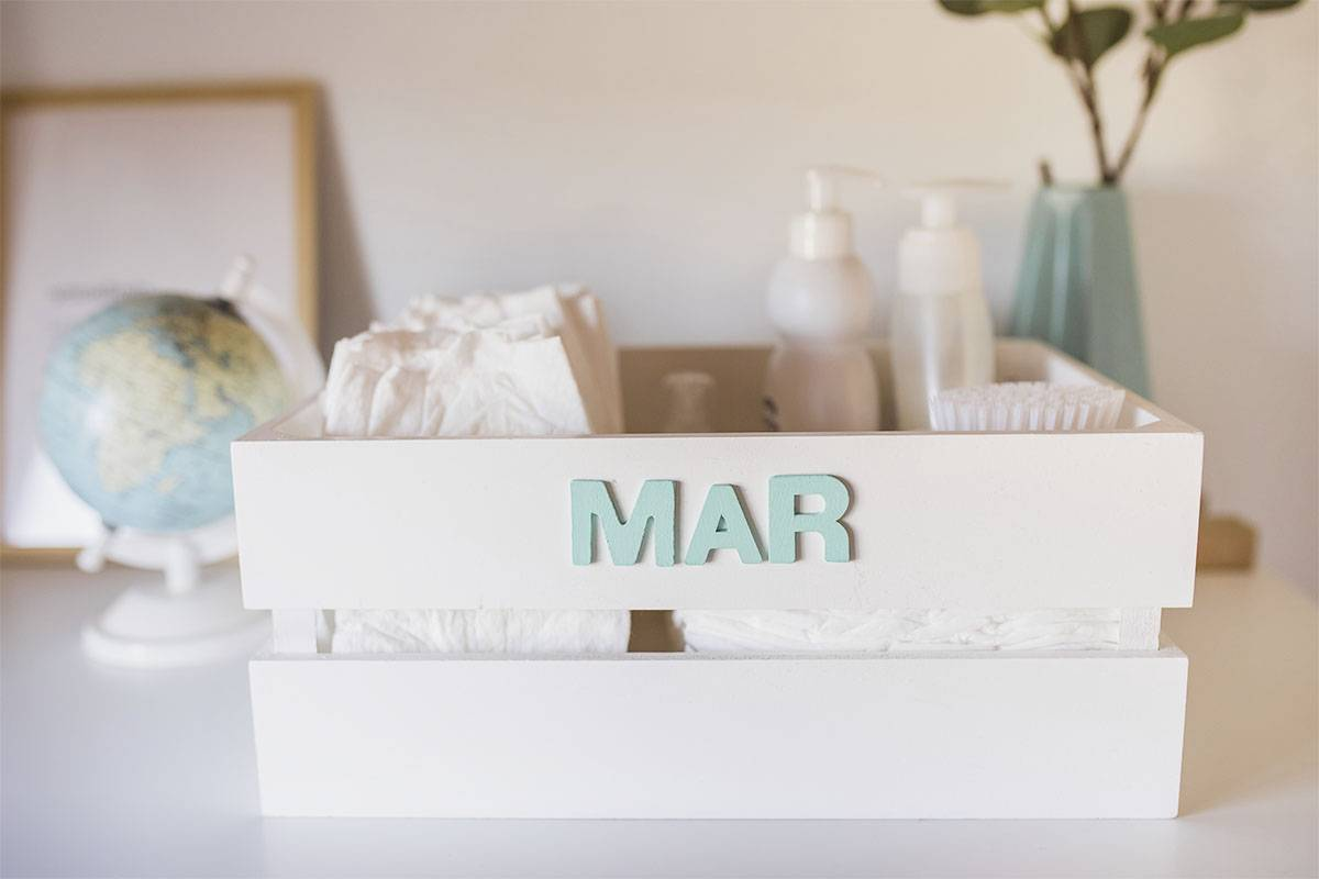 canastilla para bebes, caja con el nombre pintado a mano mimuselina