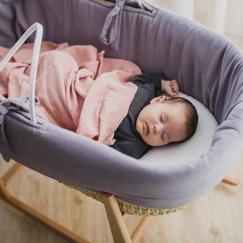 moises para bebé capazo de mimbre y vestiduras de muselina