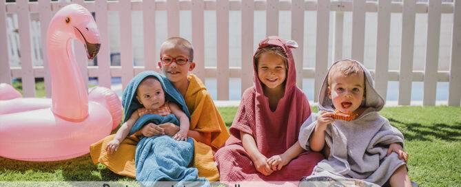 capa de baño, toalla o poncho para bebés, cuál elegir baños piscina y playa bebes